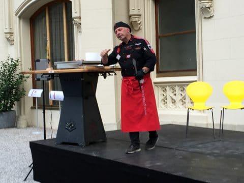 Adi Matzek bei einer Bühnenshow vom Teamkochen