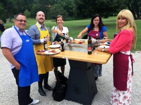 Teamkochen im freien bei einem Kochtisch von RETTER EVENTS