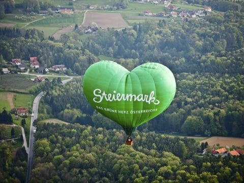 Steiermark-Herzballon ueber der Oststeiermark