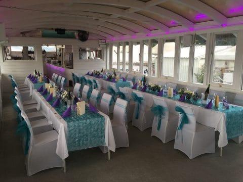 Sommersaal mit gedeckten Tischen des Beach Clubs in Wien