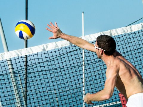 Mann spielt Volleyball beim Sommerfest