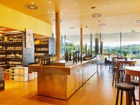 © Mischa Nawrata 2017, Photo by Mischa Nawrata, Studio Mischa Nawrata, Weingartenblick, Vinothek Gesamtüberblick, Vinothek, Eventlocation, Wein, Sekt, Design Hotel, LOISIUM Wine & Spa Resorts, LOISIUM Wine & Spa Resort Südsteiermark, Ehrenhausen Hotel Betriebs GmbH, Schlossberg 1a, 8461 Ehrenhausen a. d. Weinstraße, Austria