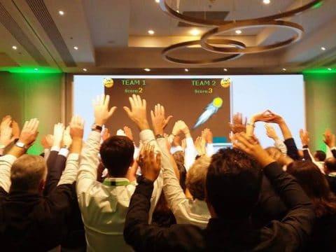 Teilnehmer steuern das Geschehen auf der Leinwand RETTER EVENTS