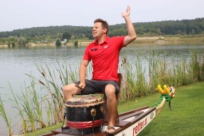Trommler gibt den Takt vor - Drachenbootrennen mit Retter Events
