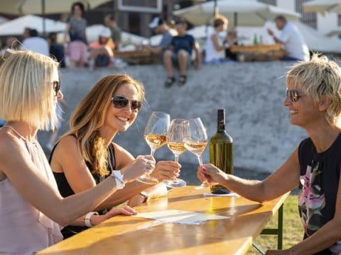 Menschen genießen gemeinsam ein Glas Wein