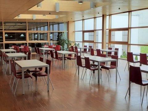 Seminarraum mit viel Licht und Platz für Meetings und indoor Teambuildings