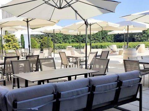 Terrasse mit stilvollen Möbeln für gemütliche Stunden