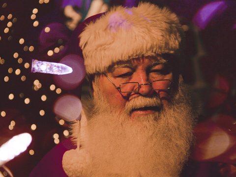 Weihnachtsmann mit Lichterketten