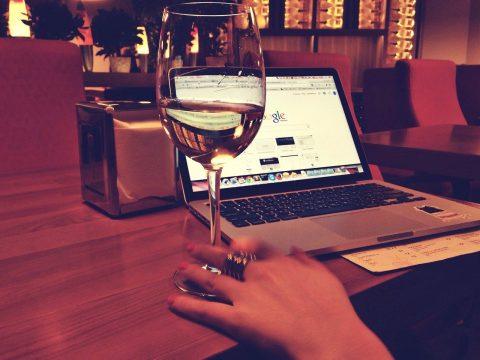 weinglas-laptop