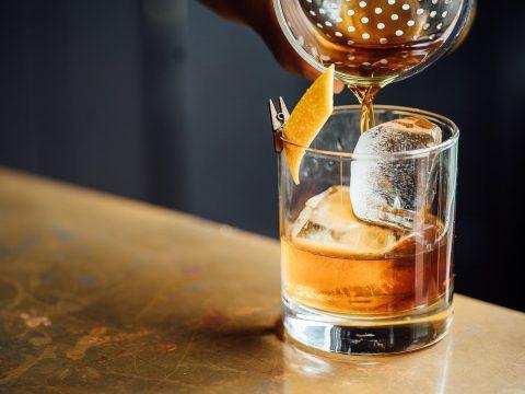 whiskey-einschenken-glas