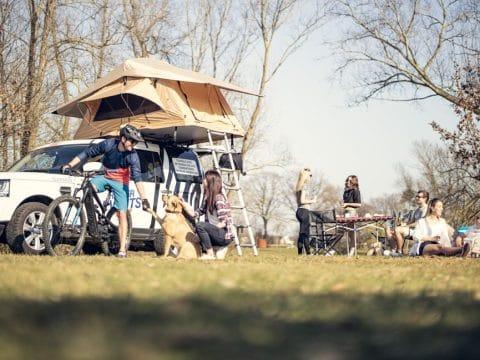 Camping-Freunde-Abenteuerurlaub-Retter Camper